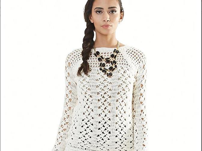 Ажурный пуловер связанный фантазийным узором.