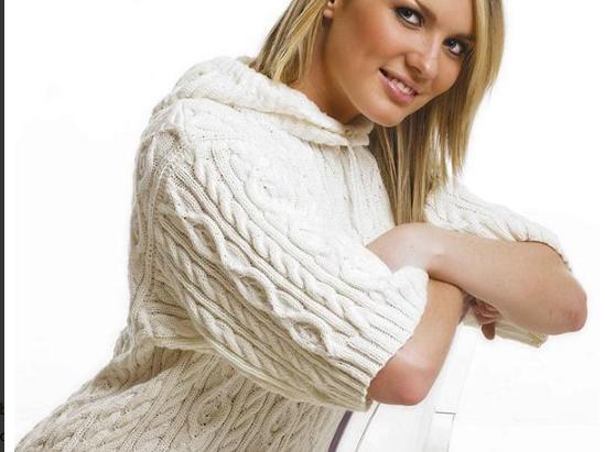 Пуловер с капюшоном спицами