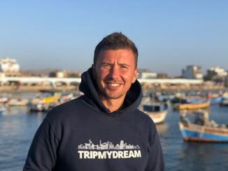 Андрей Буренок дарит футболки и худи